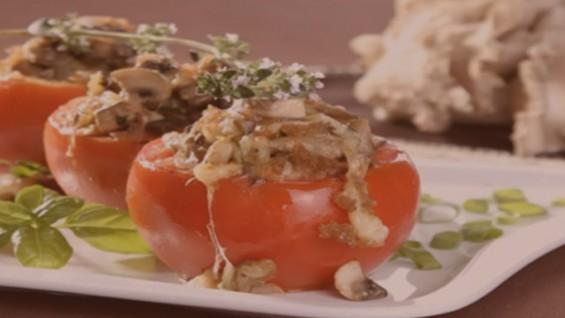 Как да сготвим пълнени домати с гъбен сос?